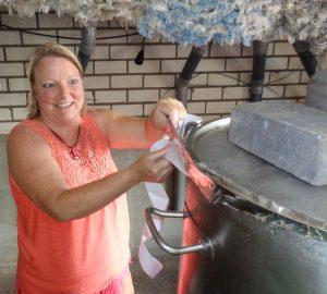 Catharina plakt de ketel af met aluminiumtape.